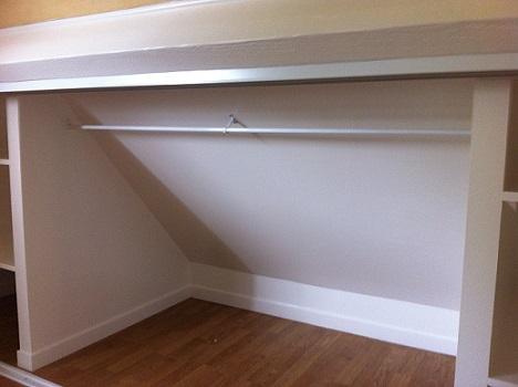 sous pente toiture elegant rangement sous pente de toit amnager un espace de rangement sous une. Black Bedroom Furniture Sets. Home Design Ideas
